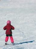 Маленькая девочка управляя на лыжах Стоковые Фотографии RF