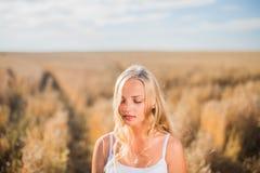 Маленькая девочка усмехается в поле Стоковое фото RF