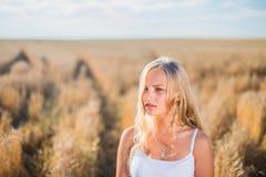 Маленькая девочка усмехается в поле Стоковое Изображение
