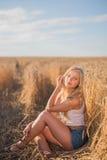 Маленькая девочка усмехается в поле Стоковые Фотографии RF