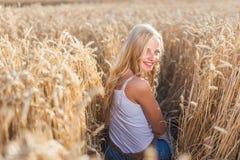 Маленькая девочка усмехается в поле Стоковые Фото