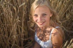 Маленькая девочка усмехается в поле Стоковое Фото