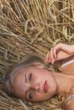 Маленькая девочка усмехается в поле Стоковые Изображения