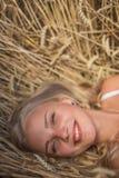 Маленькая девочка усмехается в поле Стоковая Фотография