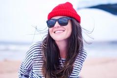 Маленькая девочка усмехаясь в красной крышке Стоковое Изображение RF