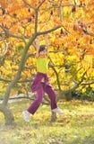 Маленькая девочка усмехаясь и вися на ветви Стоковые Фото