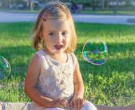 Маленькая девочка усмехаясь с наслаждением Стоковое фото RF