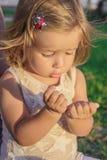 Маленькая девочка усмехаясь с наслаждением Стоковое Изображение