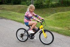 Маленькая девочка уча ехать велосипед Стоковое Фото