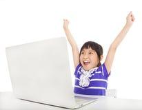 маленькая девочка уча компьютер стоковые изображения rf
