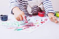 Маленькая девочка уча покрасить развитие ребенка в искусстве Стоковые Фото