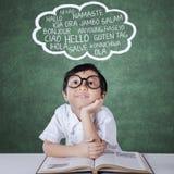 Маленькая девочка уча multi язык Стоковое Изображение