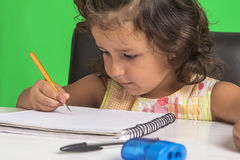 Маленькая девочка учит Стоковые Фотографии RF