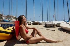 Маленькая девочка фото делая chill пляж времени Трата женщины фитнеса активная ослабляет после открытого моря встречи Yaht Сезон  Стоковое Фото