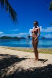 Маленькая девочка фото ослабляя на оборудовании пляжа snorkeling Усмехаясь трата женщины охлаждает остров Бали лета времени внешн Стоковые Фотографии RF