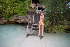 Маленькая девочка фото ослабляя на пляже в конце бунгала Усмехаясь лето времени холодка траты женщины внешнее карибский океан Стоковые Изображения