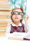 Маленькая девочка читает книгу стоковые фотографии rf