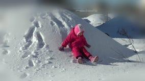 Маленькая девочка любит иметь потеху в зиме видеоматериал