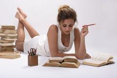 Маленькая девочка любит прочитать Стоковое Фото