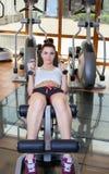 Маленькая девочка для того чтобы сыграть спорт в спортзале, гантели подъемов Стоковые Фотографии RF