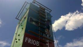 Маленькая девочка abseiling от взбираясь высокой вертикальной стены видеоматериал