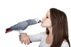 Маленькая девочка ang попугая африканского серого цвета Стоковое Изображение