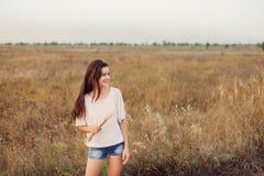 Маленькая девочка outdoors наслаждаясь природой Брюнет красоты подростковое стоковые фото