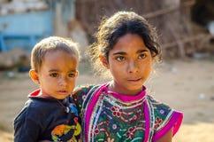 Маленькая девочка Rajasthani и ее брат Стоковая Фотография RF