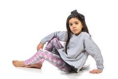 Маленькая девушка брюнет в модный представлять платья Стоковые Фотографии RF