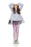 Маленькая девушка брюнет в модный представлять платья Стоковое Фото