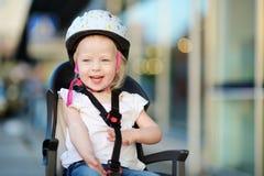 Маленькая девушка малыша готовая для того чтобы ехать велосипед Стоковые Изображения