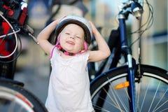 Маленькая девушка малыша готовая для того чтобы ехать велосипед Стоковое Фото