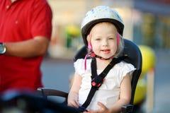 Маленькая девушка малыша готовая для того чтобы ехать велосипед Стоковая Фотография RF