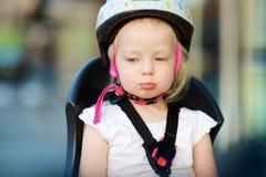 Маленькая девушка малыша готовая для того чтобы ехать велосипед Стоковое фото RF