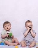 Маленькая девушка ребёнка и малыша играя с игрушками Стоковые Изображения