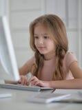 маленькая девушка студента делая домашнюю работу стоковое изображение