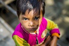 Маленькая индийская стойка девушки самостоятельно около временной дорожки строительной площадки Стоковое фото RF