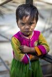 Маленькая индийская стойка девушки самостоятельно около временной дорожки строительной площадки Стоковое Фото