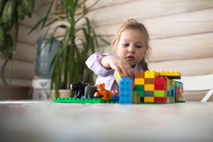 Маленькая кавказская девушка играя конструктора на таблице, Стоковая Фотография