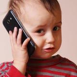 Маленькая красивая девушка с ее умным телефоном Стоковое Фото