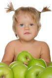 Маленькая красивая девушка с зелеными яблоками Стоковые Изображения RF