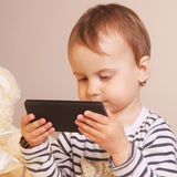 Маленькая красивая девушка с умным телефоном Стоковые Изображения