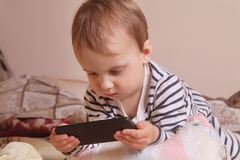 Маленькая красивая девушка с умным телефоном Стоковая Фотография