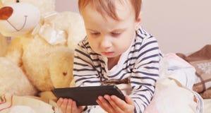Маленькая красивая девушка с умным телефоном Стоковые Фото