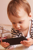 Маленькая красивая девушка с умным телефоном Стоковая Фотография RF
