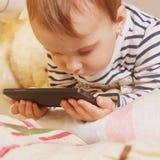 Маленькая красивая девушка с умным телефоном Стоковое Изображение RF