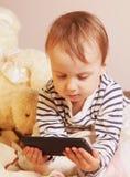 Маленькая красивая девушка с умным телефоном Стоковое Изображение
