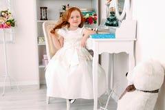 Маленькая красная с волосами девушка в белом платье Стоковое Изображение RF