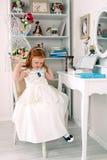 Маленькая красная с волосами девушка с ожерельем Стоковые Фото