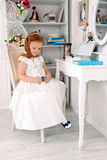 Маленькая красная с волосами девушка с ожерельем Стоковая Фотография